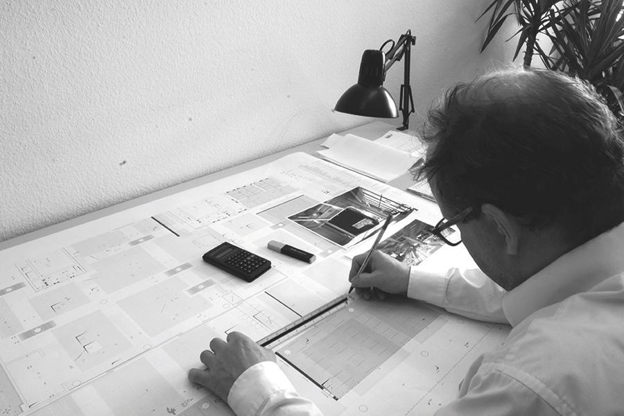 Mann prüft eine technische Zeichnung