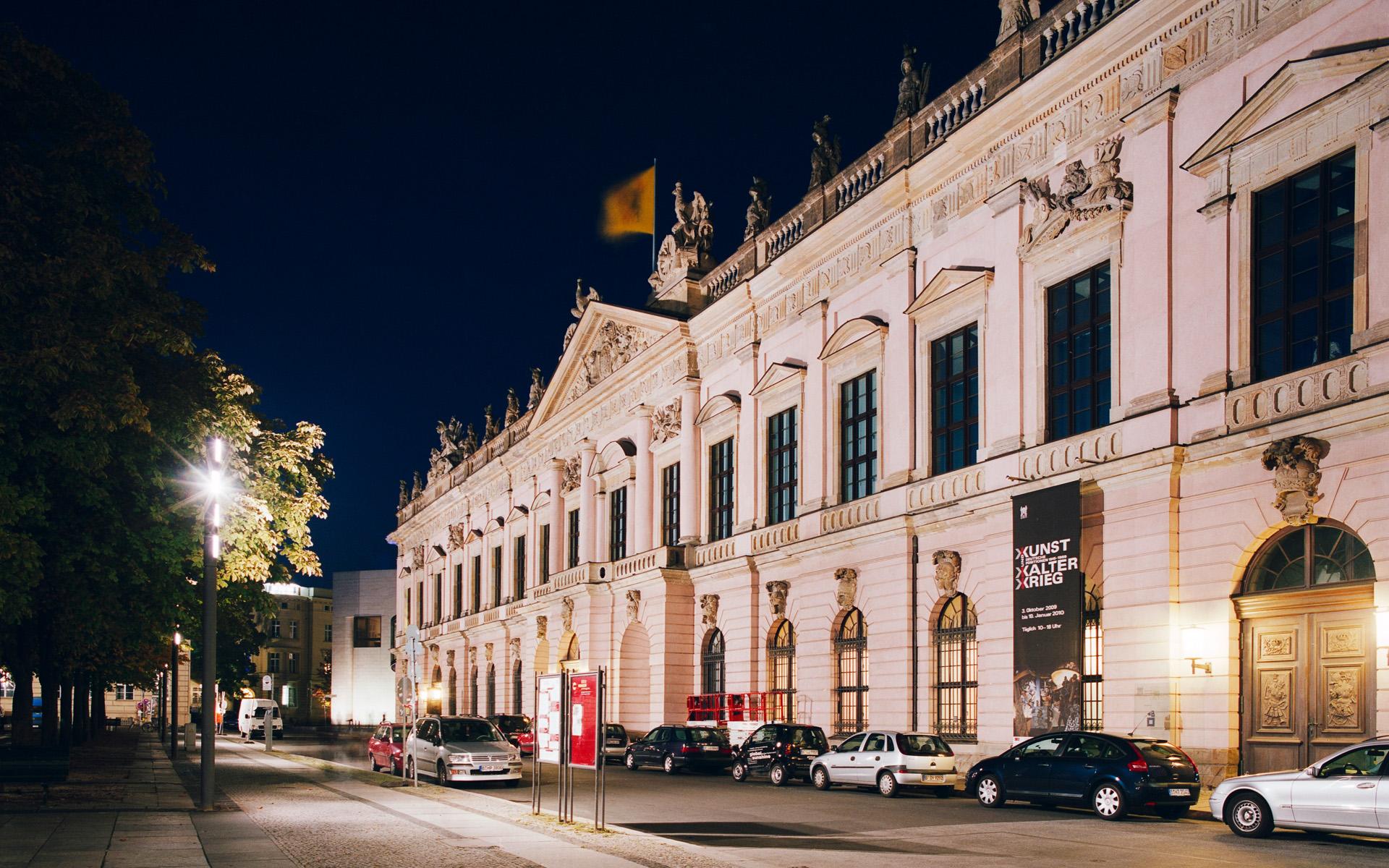 Zeughaus mit Deutschem Historischem Museum in Berlin bei Nacht