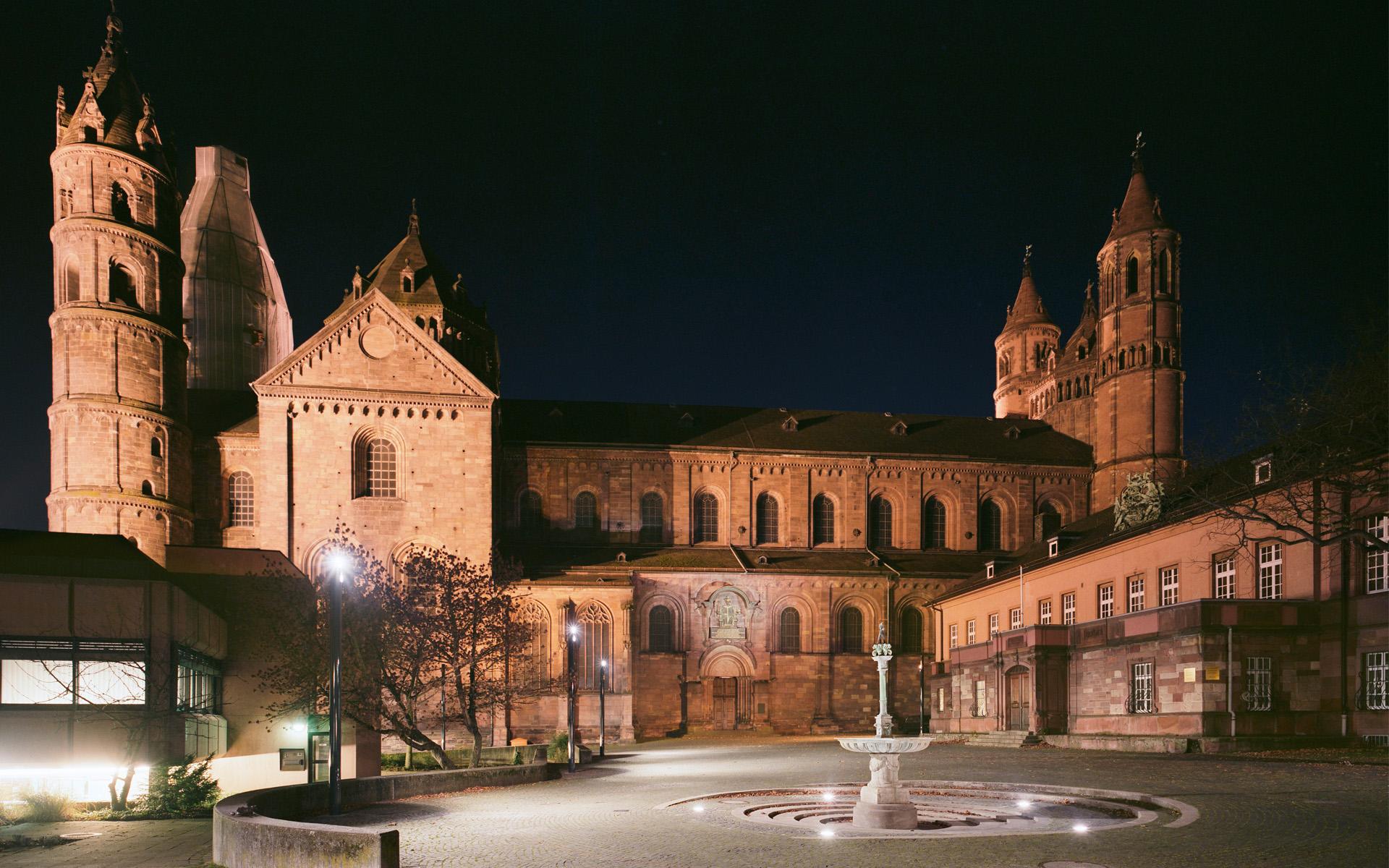 Der Schlossplatz in Worms bei Nacht