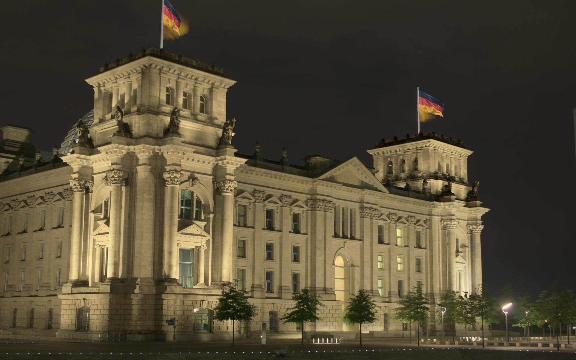 Beleuchteter Reichstag bei Nacht